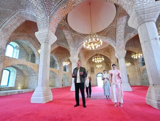 Ильхам и Мехрибан Алиевы посетили мечеть Юхары Говхар ага в Шуше