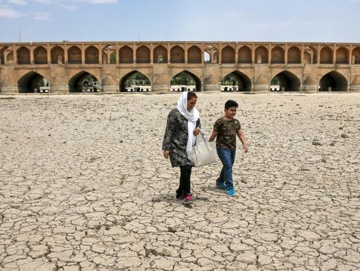 Люди без воды, корабли горят, дефицит электроэнергии… И все это про Иран