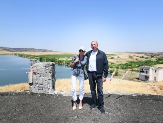 Ильхам Алиев в Карабахе подошел к водохранилищу, построенному Гейдаром Алиевым
