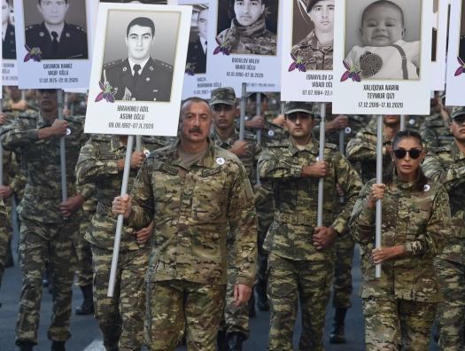 Алиевы возглавили шествие военных в Баку