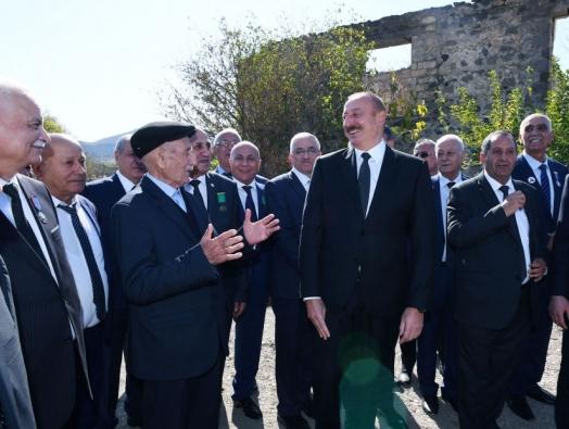 """Отец героя Ильхаму Алиеву:  - Пусть парламент объявит вас """"Вечным президентом""""! - Нет, я наложу вето!"""