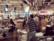 Россияне штурмуют магазины (фото)