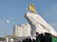 В Туркмении установили золотую статую Бердымухамедова
